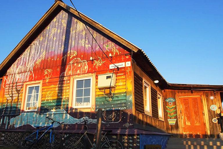 пример№4 – фотоснимок с высоким контрастом – деревянный жилой дом, в котором принимают гостей постояльцев_