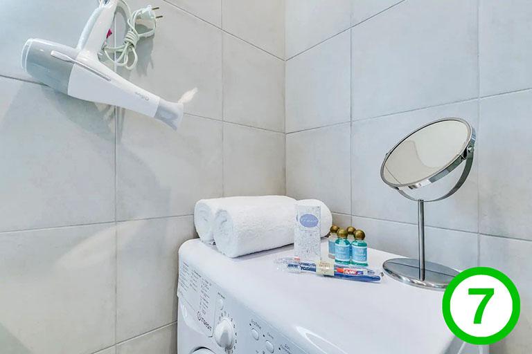 фото-изображение№7 – предметы в санузле – удобства для гостей: стиральная машина, фен, туалетное зеркало, полотенца, шампунь, гель для душа, зубные щетки_