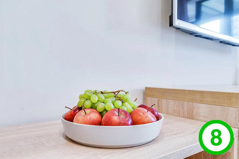 фото-изображение№8 – стойка в гостиной с подароком для гостя: тарелка с фруктами_