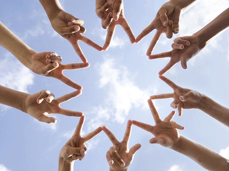 """фотография рук, показывающих знак """"Victory"""", объединенных концами пальцев в круг, как символ открытости, доверия и дружелюбности_"""