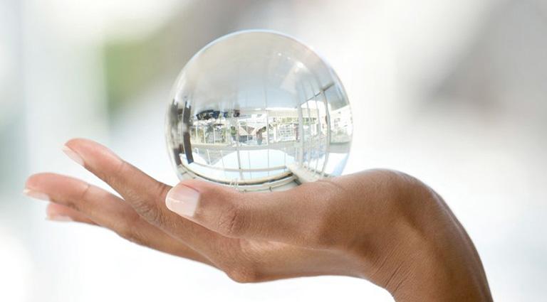 фотогравия: стеклянный, прозрачный шар в руке – метафора открытости и прозрачности отношений на айрбнб_