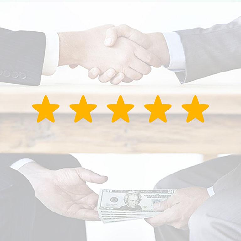 Фото коллаж: 5 желтых звезд Airbnb на фоне фотографии, где мужчины жмут руки над столом и передают деньги друг другу под столом – метафора покупки отзыва на Айрбнб за деньги_