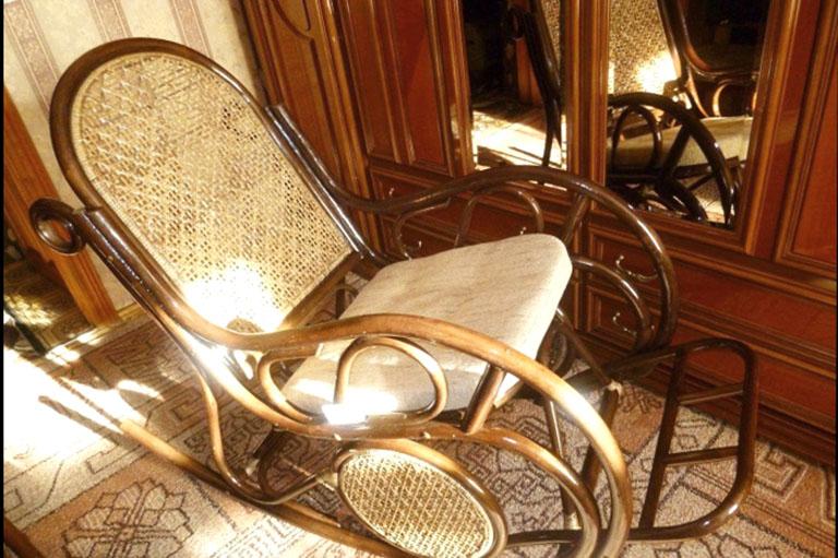 пример№11 детали интерьера – деревянное кресло качалка для комфорта постояльцев_