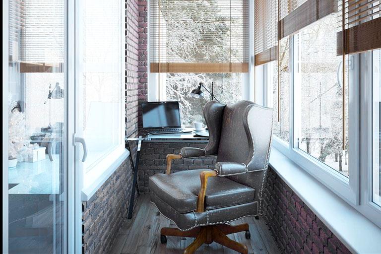 пример№8 среднего приближения на фото – стол с ноутбуком и кресло на лоджии_