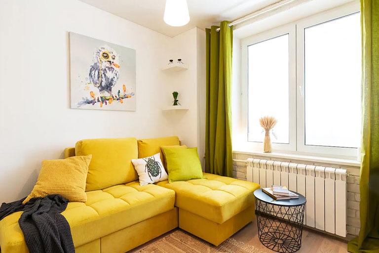 пример№6 – средний план снимка – видовая точка в направлении на дивана и журнального столика в углу гостиной_