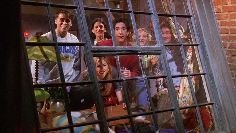 """Кадр из сериала """"Друзья"""". Шесть главных персонажей смотрят в окно своей квартиры с удивлением. За окном происходит соседская жизнь, лишенная приватности_"""